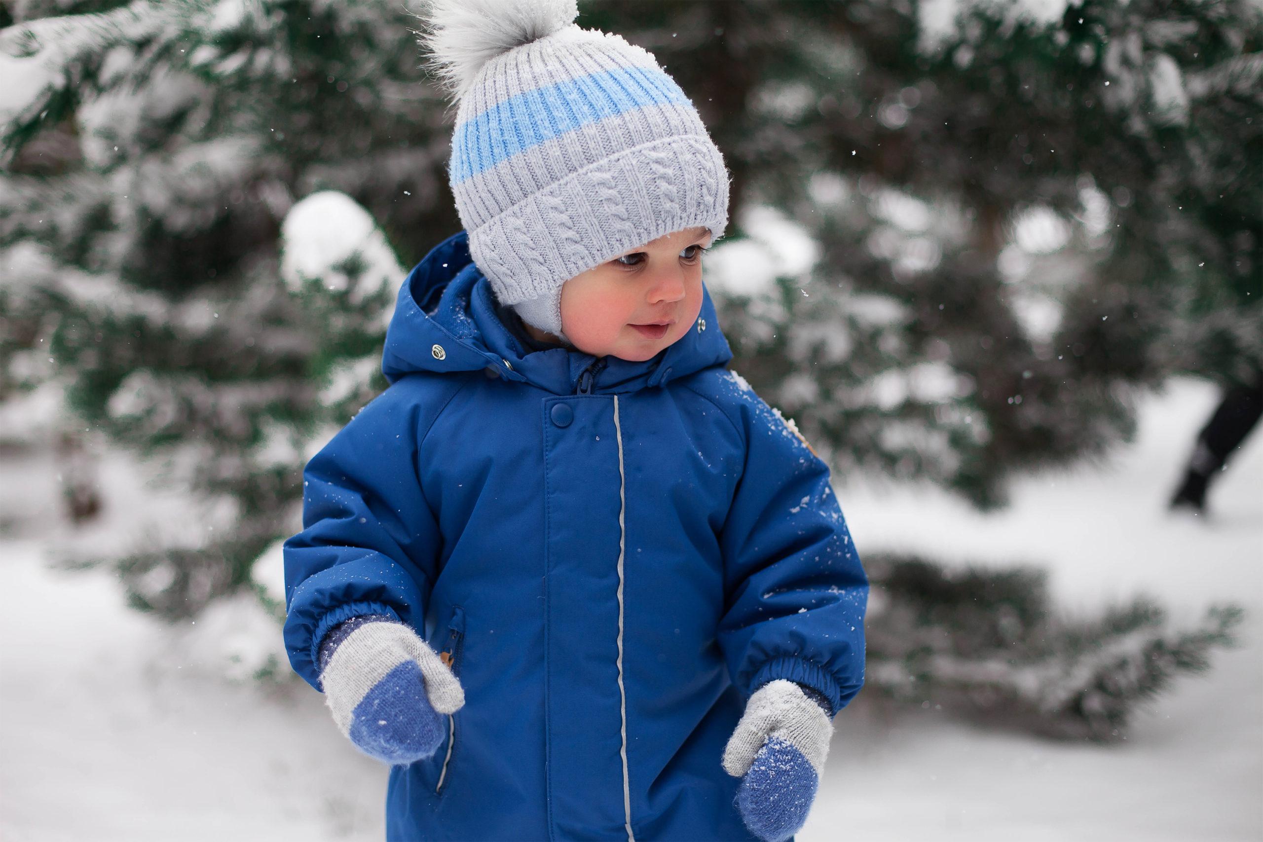 Litet barn i vinterkläder utomhus